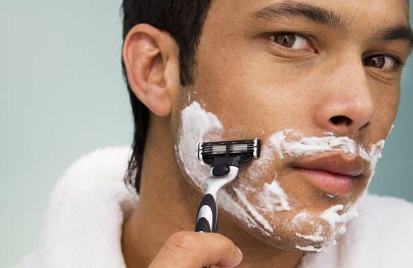 ひげ剃りしている男性
